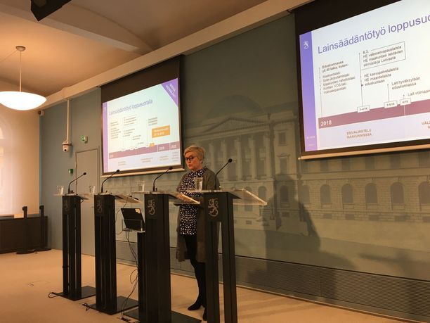 Kunta- ja uudistusministeri Anu Vehviläinen esitteli uudistusta medialle torstaina. Vehviläinen korosti lakien toimeenpanon merkitystä,