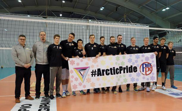 Perungan Pojat osallistuu Arctic Prideen. Chris Voth on kuvassa viides oikealta.