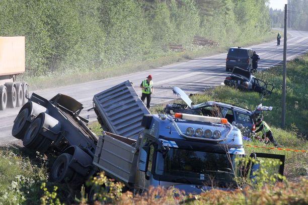 Turmassa olivat osallisena yhdistelmäkuorma-auto ja kaksi henkilöautoa.