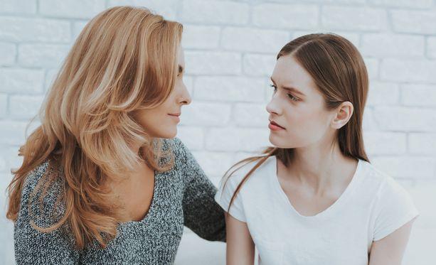 Nuoren kanssa seksuaalirikoksista puhuessa oikeita vastauksia tärkeämpää on läsnäolo ja kuunteleminen.