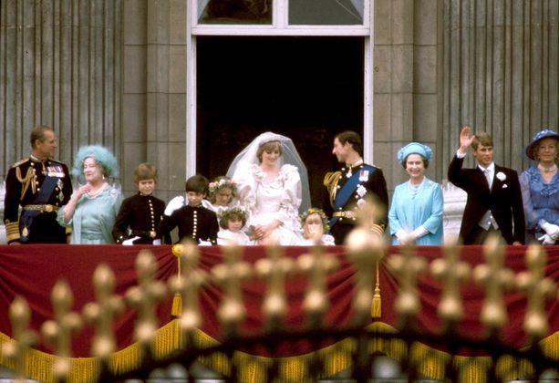 Vihkimisen jälkeen aviopari tervehti kansalaisia muun kuningasperheen kanssa.
