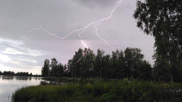 Iltalehden lukija sai tallennettua näyttävän salaman myös Jyväskylän Palokassa.