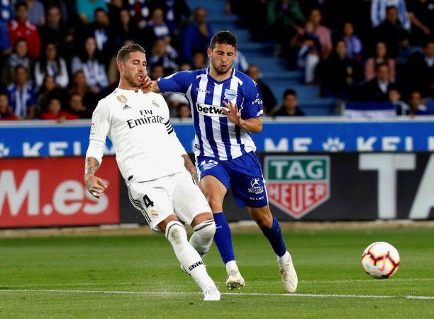 Deportivo Alaves ja Jonathan Calleri (oikealla) olivat Real Madridia ja Sergio Ramosta vahvempia lauantaina.