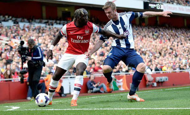 Bacary Sagna (vasemmalla) siirtyy Manchester Cityn riveihin.