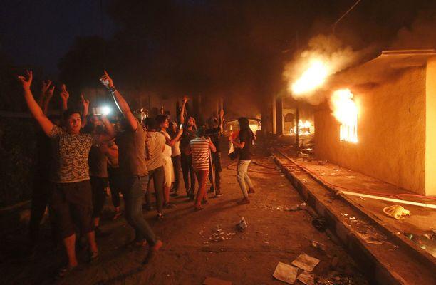 Mielenosoittajat sytyttivät Iranin konsulaatin tuleen perjantaina Basrassa Etelä-Irakissa.