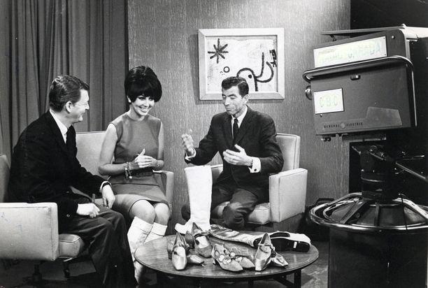 Vuonna 1966 Lenita Airisto esitteli Suomen kenkäteollisuuden design-tuotteita Kanadan televisiossa.