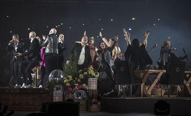 Hieno Vain elämää -konsertti sai mauttoman lopun, kun Gladiaattorit -ohjelman gladiaattorit hyppäsivät lavalle.