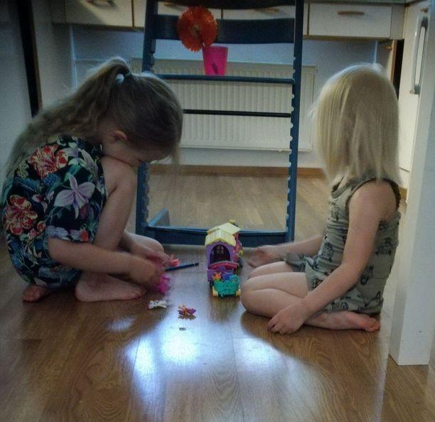 Useita päivä vatsataudista kärsinyt 6-vuotias (vas) leikkii jo tyytyväisenä pikkusiskon kanssa. Sairauden vuoksi hän ei päässyt mukaan eskarin kevätjuhlaan ja myös päiväkodin kevätretki jäi sisaruksilta kokematta.