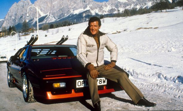 Roger Moore elokuvan Erittäin salainen (1981) kuvauksissa.