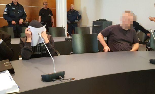 Syyttäjä Timo Lampinen vaatii 43-vuotiaalle miehelle (kuvassa oikealla) tuomiota taposta ja hautarauhan rikkomisesta sekä 47-vuotiaalle naiselle tuomiota hautarauhan rikkomisesta.