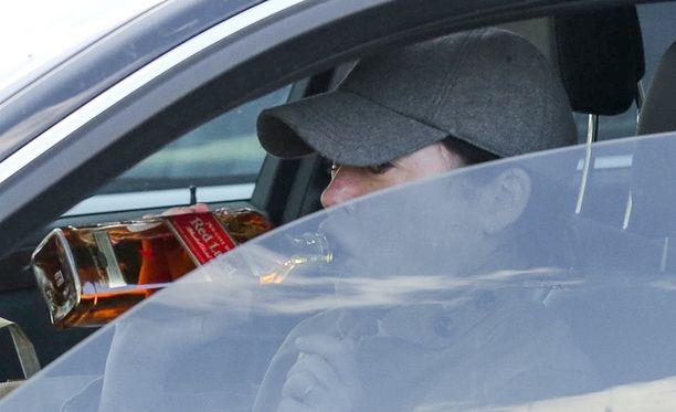 Lara otti viskihuikan autossaan keskellä päivää.