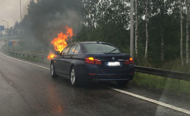 BMW roihusi Kehä I:n liittymän kohdalla Lahdenväylällä.