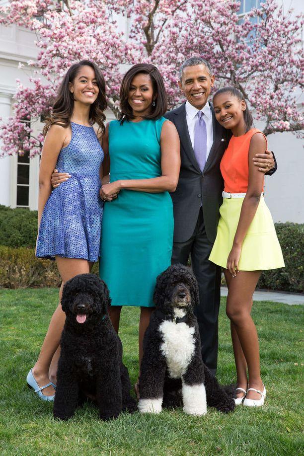 Bo (kuvassa oikealla) tuli Valkoiseen taloon Obaman tytärten Malian (vas.) ja Sashan toiveesta. Sunny-koira saapui taloon 2013. Barack Obama on Yhdysvaltain presidentti enää viikon ajan.