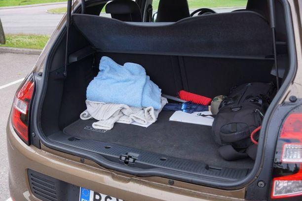 Tavaratila riittää päivittäiskäyttöön. Hätätilassa tavaroita saa myös takaistuimmelle.