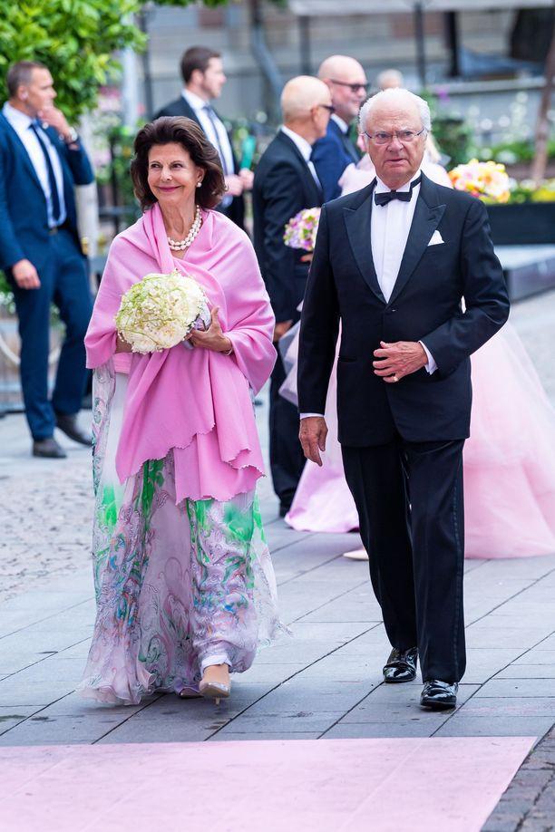 Kuningatar Silvia ja kuningas Kaarle Kustaa saapuivat yhdessä palkintogaalaan.
