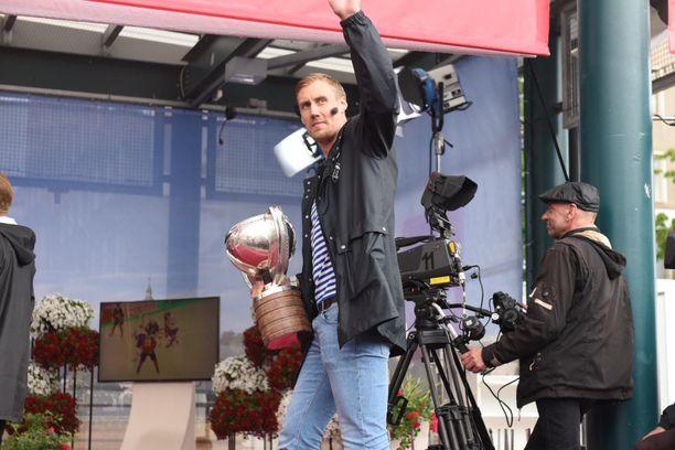 """Marko Anttilalle on tulvinut onnitteluita kaikenikäisiltä ihmisiltä voiton jälkeen. """"Olemme antaneet iloa ihmisille, suupielet ylöspäin"""", hän totesi Suomi-areenan lavalla."""