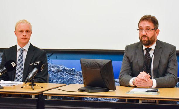 Onnettomuustutkintakeskuksen johtava tutkija Kai Valonen (vas.) ja keskuksen johtaja Veli-Pekka Nurmi tiedotustilaisuudessa.