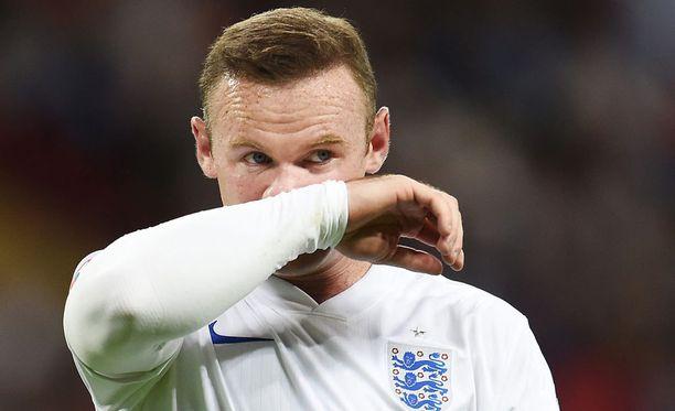 Wayne Rooney iski Englannin paidassa uransa 50. maalin. Nyt Rooney kärsii reisivammasta.