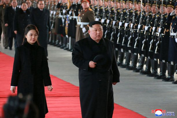 Kim Jong-un matkusti Kiinaan yhdessä vaimonsa Ri Sol-jun kanssa.