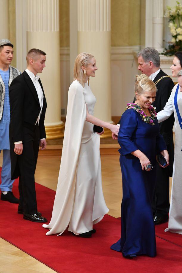 Nuorten Agenda 2030 Ympäristöryhmän puheenjohtaja Siiri Mäkelällä oli Valentinon haute couture -iltapuku sekä suomalaisen Lovian Onni-iltalaukku ja korvakorut.