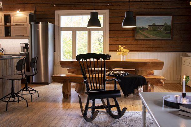 Hirsiseinät luovat kodikkuutta ja historian havinaa kotiin.