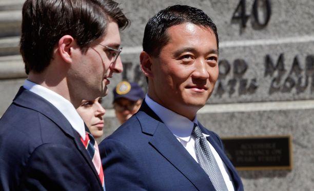 Benjamin Wey (oikealla) tuomittiin jättikorvauksiin ex-työntekijänsä ahdistelusta.