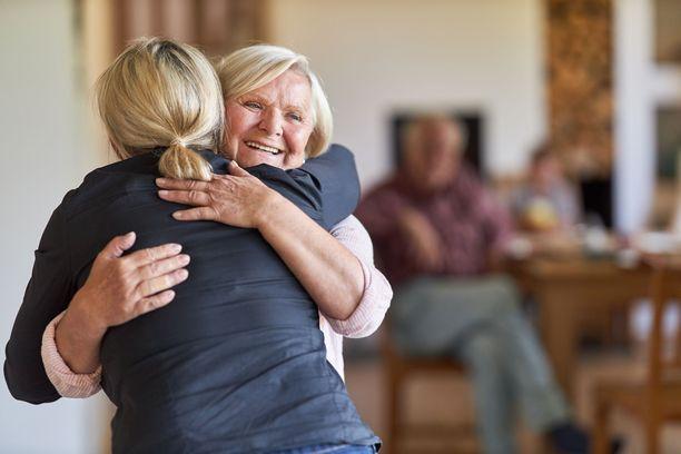 Koronan vuoksi halauksen sijaan voi olla hyvä keksiä muitakin tervehtimistapoja.