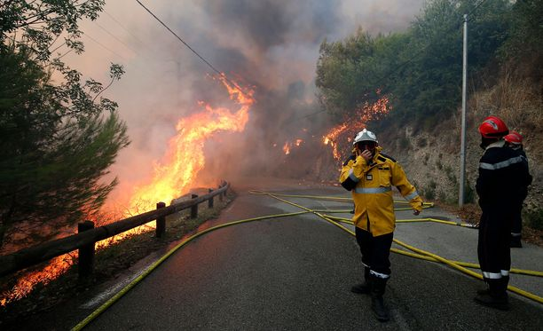 Palomiehet taistelivat liekkejä vastaan Castagniersissa, Nizzan lähellä, viime viikolla.