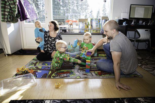 Arto Hituri on ollut suurimman osan viimeisestä viidestä vuodesta hoitovapaalla. Perheenäiti Kirsi Hituri on mennyt töihin vain muutaman kuukauden kuluttua jokaisen lapsensa syntymästä. Lenni, 1, (vas.), Leevi, 3, (keskellä) ja Lucas, 4, viihtyvät isän kanssa kotona.
