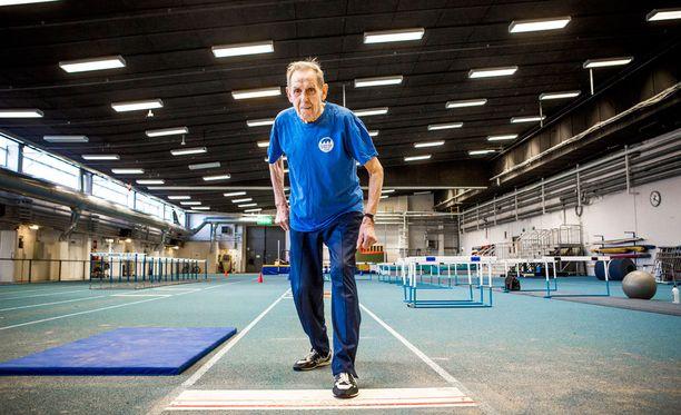 Aatos Sainio treenasi Pirkkahallissa vuonna 2013. Nyt teräsvaari tehtaili kolmiloikan ME-lukemat.