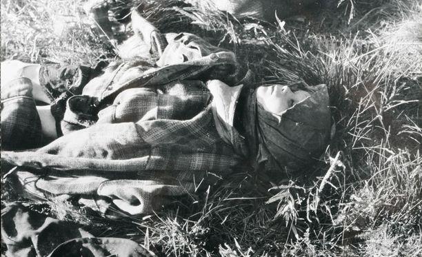 Neuvostopartisaanit tekivät murhaiskuja muun muassa Suomussalmelle, Lokkaan ja Seitajärvelle. Tämä kuva on taistelukuvaajan ottama.