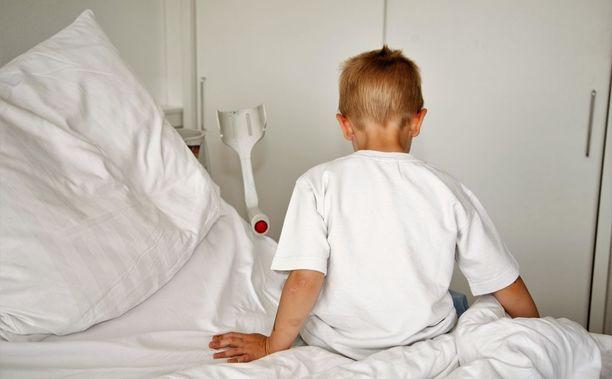 Lukuisia kertoja sairaalassa tutkittu poika tervehtyi, kun hoidot lopetettiin. Äiti on saanut syytteen sairauksien sepittämisestä. Kuvituskuva.