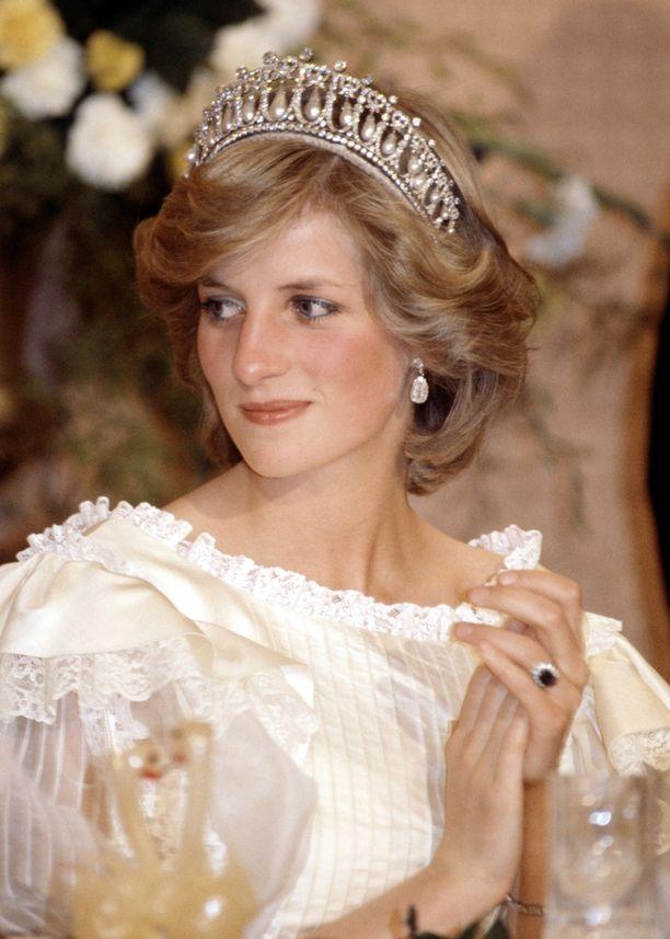 Dianan suosikkitiara kuului alunperin kuningatar Marylle. Myös Dianan kuuluisa sormus on nyt Catherinen käytössä.