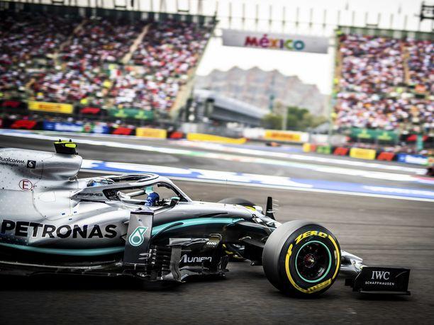 Valtteri Bottas vauhdissa Meksikon GP:n näyttämöllä, Autódromo Hermanos Rodríguezilla.