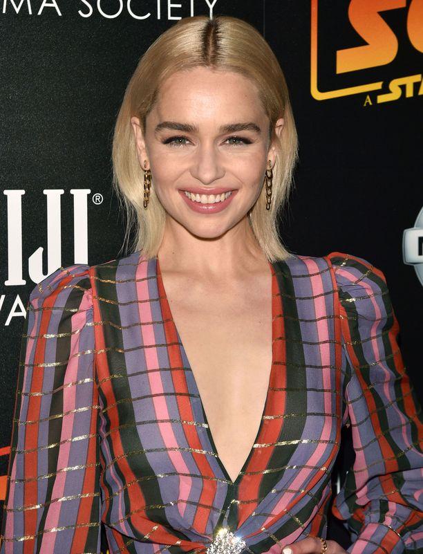 Luonnostaan tummakutrinen Emilia Clarke on viime aikoina viihtynyt muodikkaasti blondina.