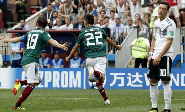 Hirving Lozano teki Meksikon 1-0-voittomaalin Saksan verkkoon. Mesut Özil ja muut saksalaiset joutuivat pettymään.