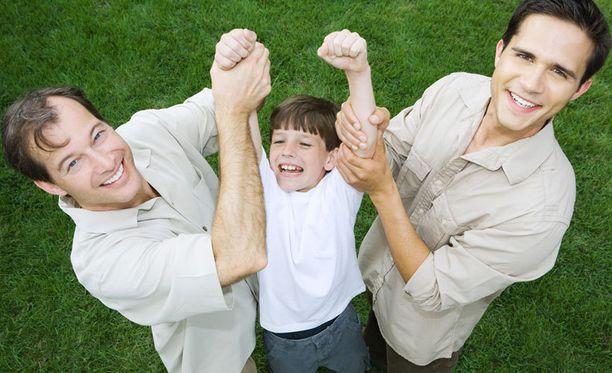 Cambridgen professorin mukaan ei kannata huolehtia siitä, että kahdesta isästä seuraisi lapselle negatiivisia vaikutuksia.