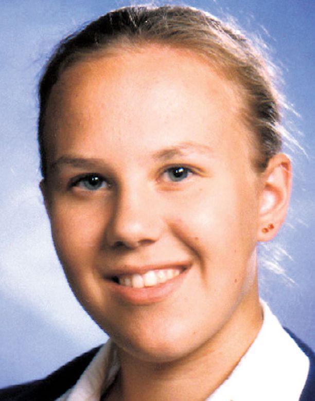 YHTYMÄKOHDAT Englan ja Raisan tapausten välillä on yhteistä nuori tyttöuhri, autoon nousu ja ruumiin kätkeminen.
