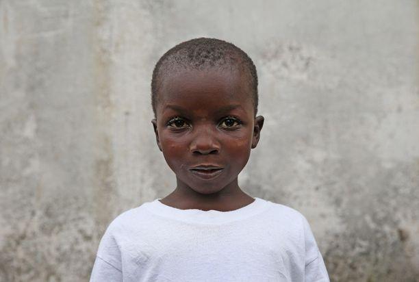 Abrahim Quota, 5, seisoo yksin Monrovian JFK-hoitokeskuksessa. Hänet tuotiin sairaalaan 10 päivää ennen vanhempiaan. Molemmat vanhemmat kuolivat.