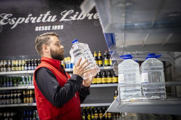Tampereen Lielahden K-Citymarketin myymäläpäällikkö Janne Montonen järjesteli perjantaina myymälän juomahyllyä.
