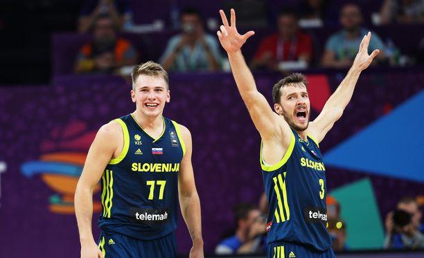 Luka Doncic (vas.) ja Goran Dragic johdattivat joukkueensa EM-finaaliin.