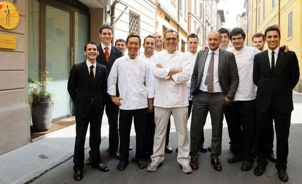 Italialainen ravintola Osteria Francescana valittiin maailman parhaimmaksi ravintolaksi tiistaina Espanjan Bilbaossa. Kuvassa ravintolan henkilökunta poseeraa kaksi vuotta sitten, kun ravintola valittiin maailman parhaimmaksi ravintolaksi kesäkuussa 2016.