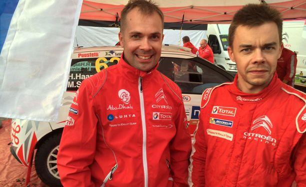 Henri Haapamäki (oik.) ja kartturi Marko Salminen jahtaavat WRC3-luokan kärkipaikkaa.