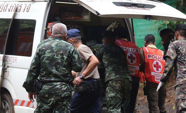 Viides poika on pelastettu Thaimaan luolasta tänään maanantaina.
