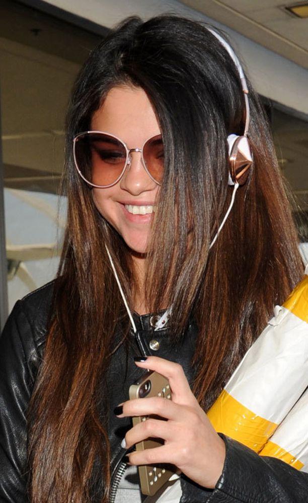 Arkisin Selenalla on näin piikkusuora tukka.