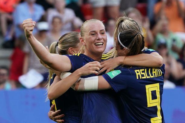 Stina Blackstenius ratkaisi Ruotsin välieräpaikan ampumalla pallon Saksan maalin kattoon lähietäisyydeltä.