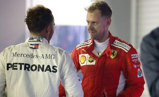 Sebastian Vettel (oik.) joutui myöntämään Lewis Hamiltonin paremmuuden.