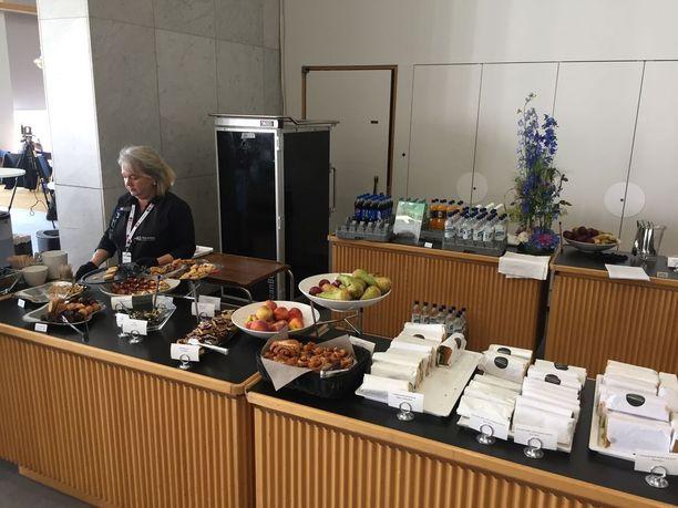 Tim Birdin mielestä mediakeskuksen ruoka on parasta, jota hän on saanut. Tarjolla on erilaisia jälkiruokia ja välipaloja, sekä lämmintä ruokaa.