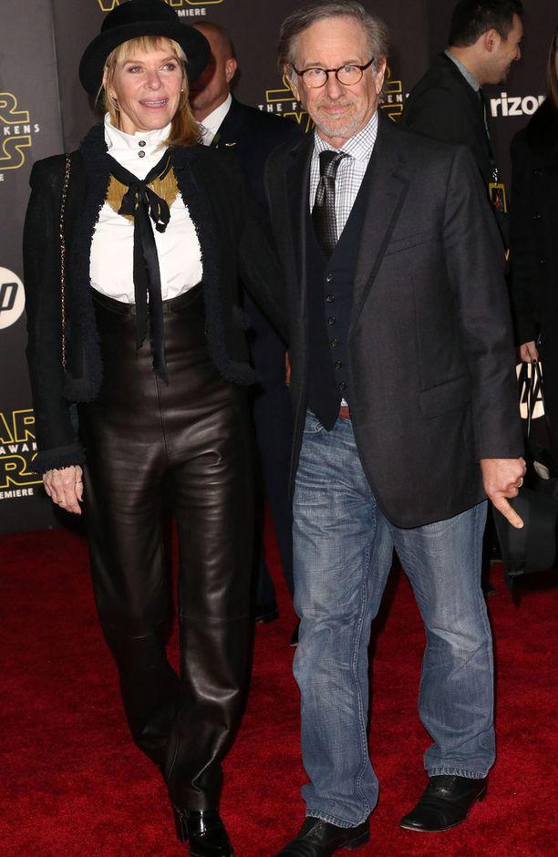 Ohjaajalegenda Steven Spielberg edusti rennosti farkuissa. Vierellä vaimo Kate Capshaw.
