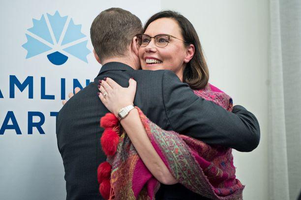 Uusi ulkomaankauppa- ja kehitysministeri Anne-Mari Virolainen (kok) sai tiistaina lämpimän onnitteluhalauksen kokoomuksen puheenjohtajalta Petteri Orpolta - joka myös valitsi hänet tehtävään.